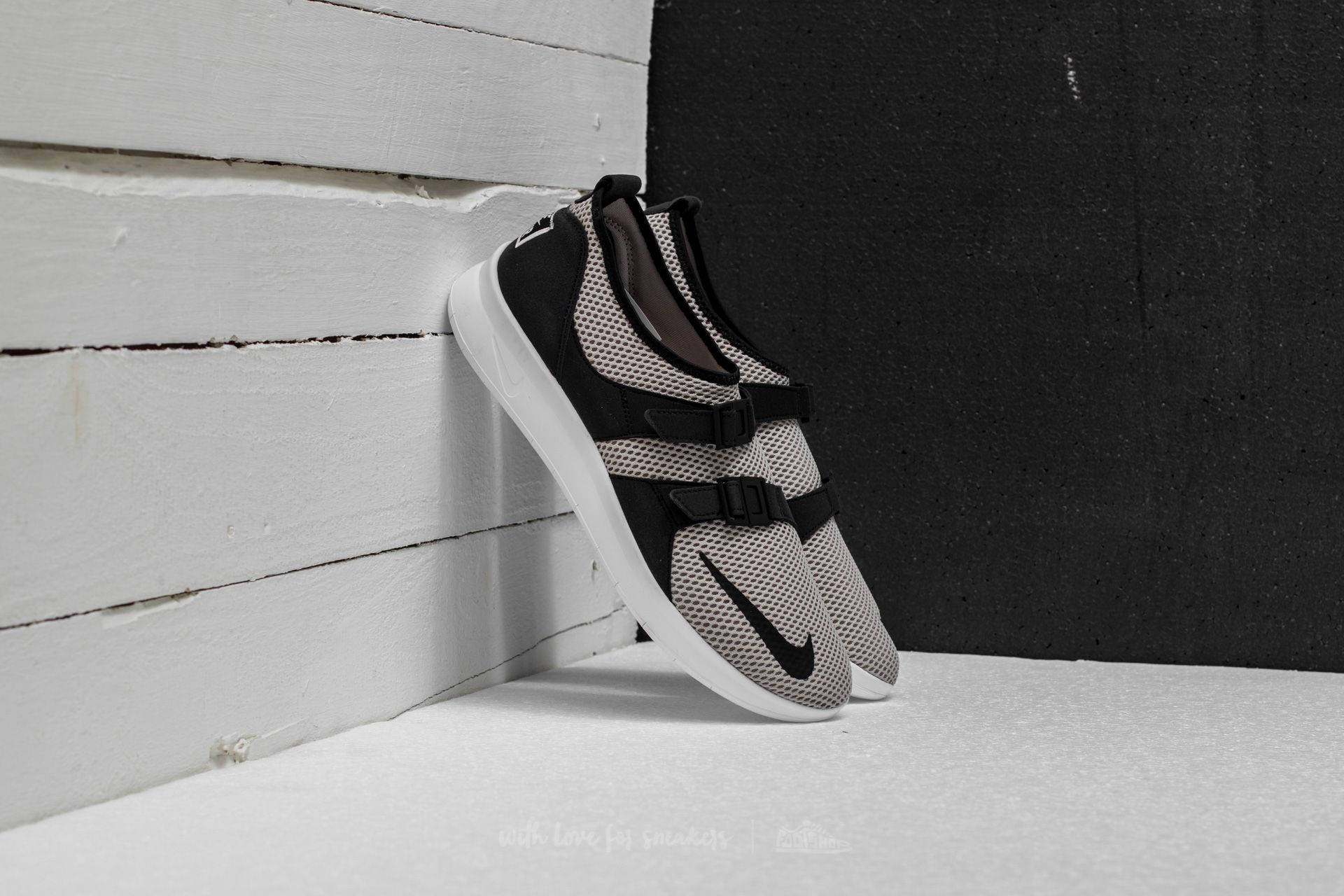 96960bfac422 Nike Air Sockracer SE Cobblestone  Black-White-Volt