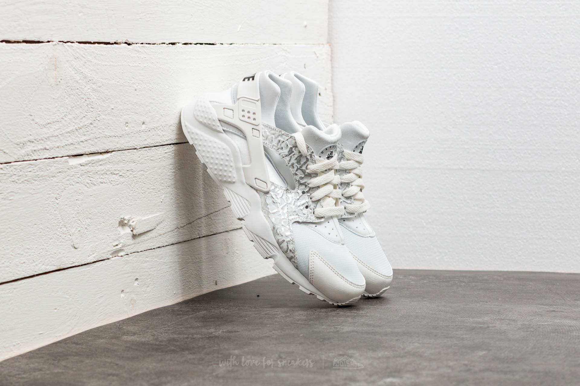 831b9d4023cd Nike Huarache Run SE (GS) Summit White  Metallic Silver