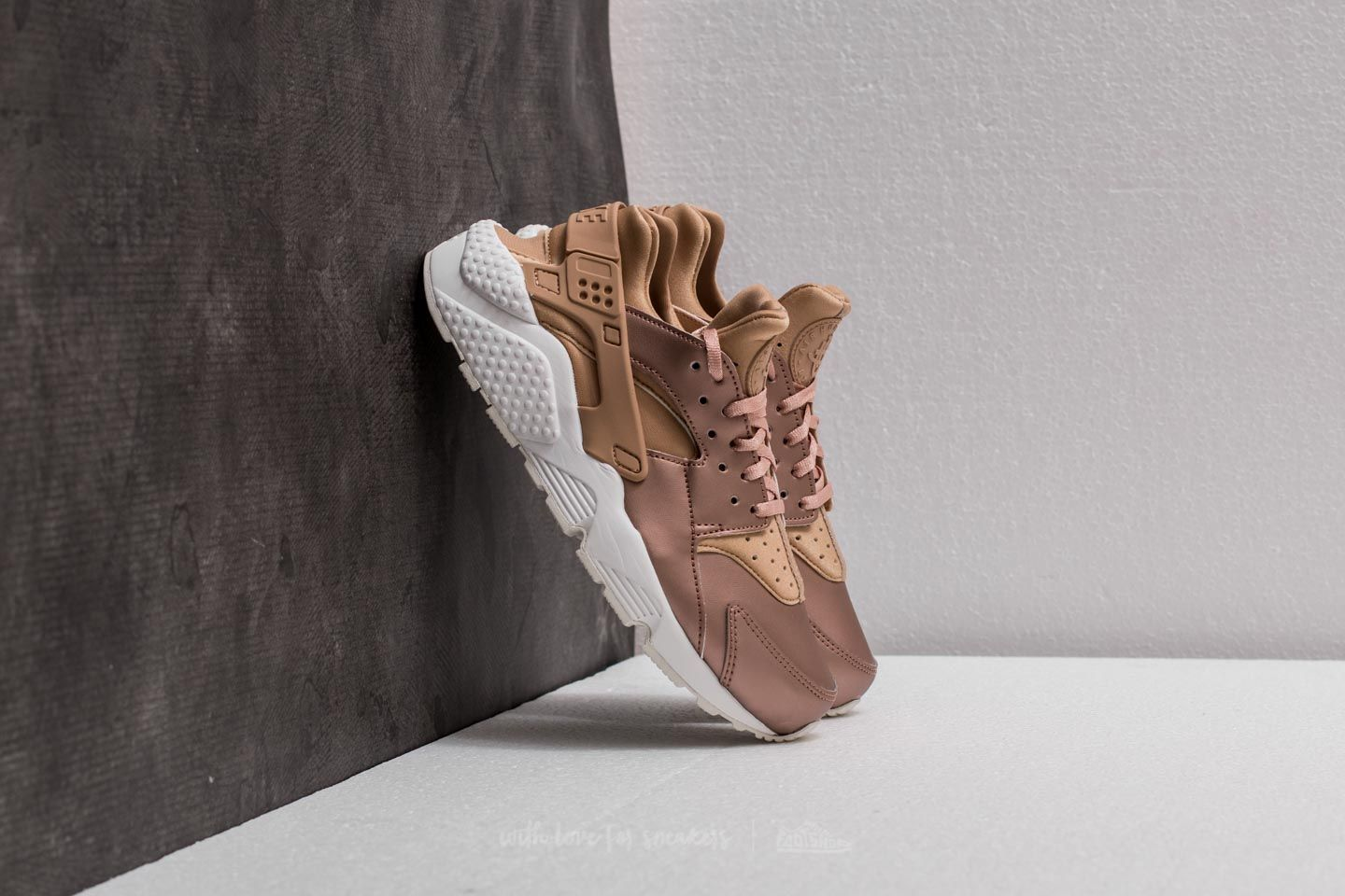 b87425c5cadcc Nike WMNS Air Huarache Run Premium TXT. Elm  Metallic Red Bronze