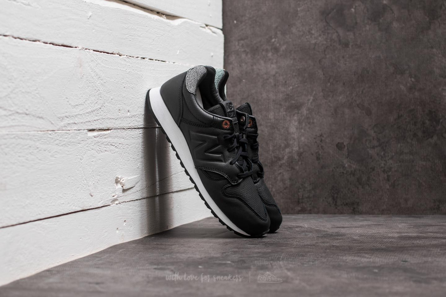 New Balance 520 Black/ White