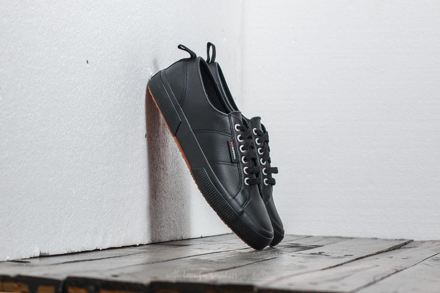 2146b970bae Superga 2750 Full Grain Leather Full Black at a great price 51 € bestell  bei Footshop
