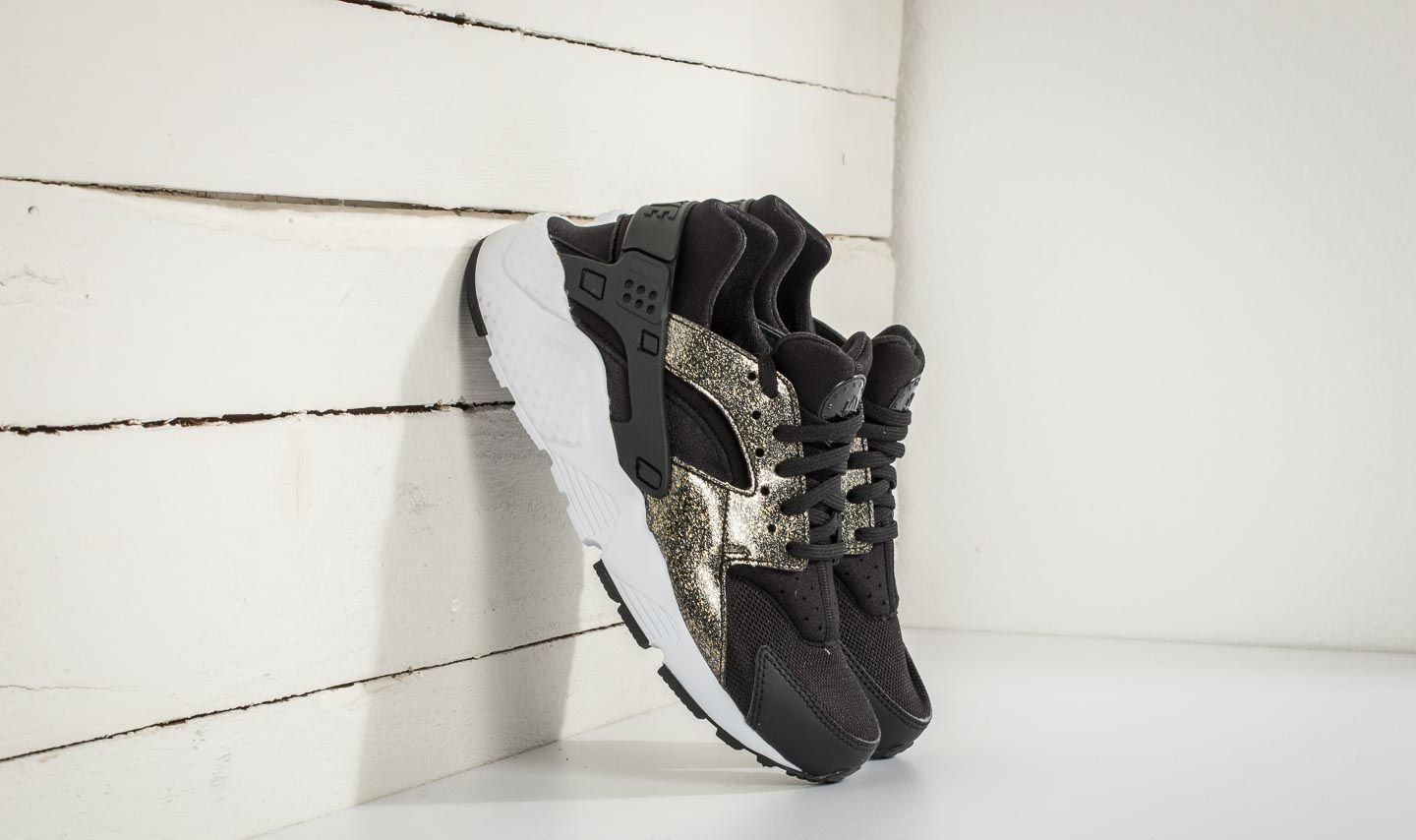 Pegajoso creativo módulo  Women's shoes Nike Huarache Run SE (GS) Black/ Black-Metallic Gold |  Footshop