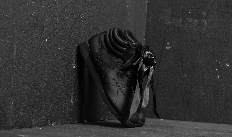 Reebok Freestyle Hi Satin Bow Black/ Skull Grey za skvělou cenu 890 Kč koupíte na Footshop.cz
