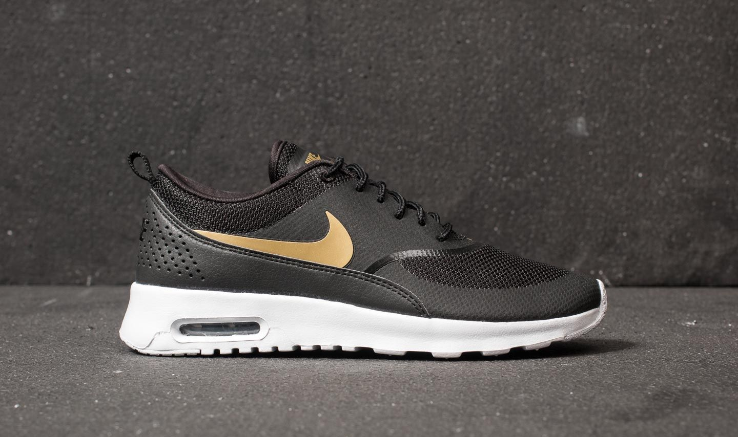 reputable site 3094c 9ab88 Nike Wmns Air Max Thea J Black  Metallic Gold-White au meilleur prix 121