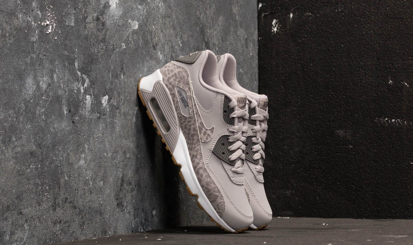 the latest db543 47fe0 Nike Air Max 90 Leather SE GG. Atmosphere Grey  ...