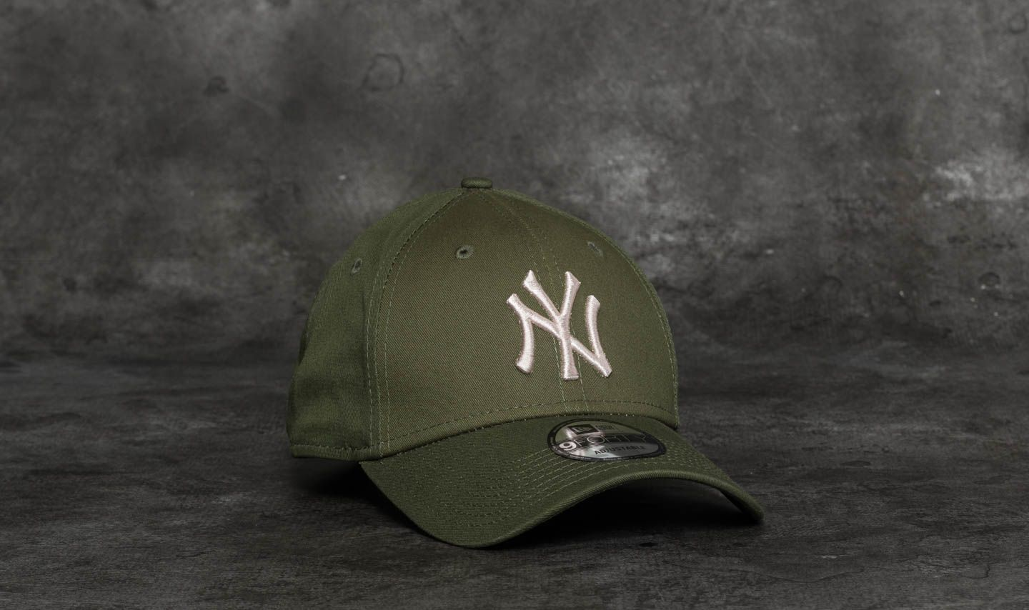 New Era 9Forty League Essential New York Yankees Cap Olive  Satin ... 6be382453