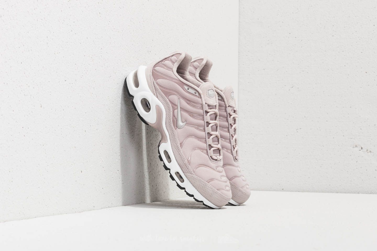 e8216d022cd3 Nike Wmns Air Max Plus Premium Moon Particle  Moon Particle