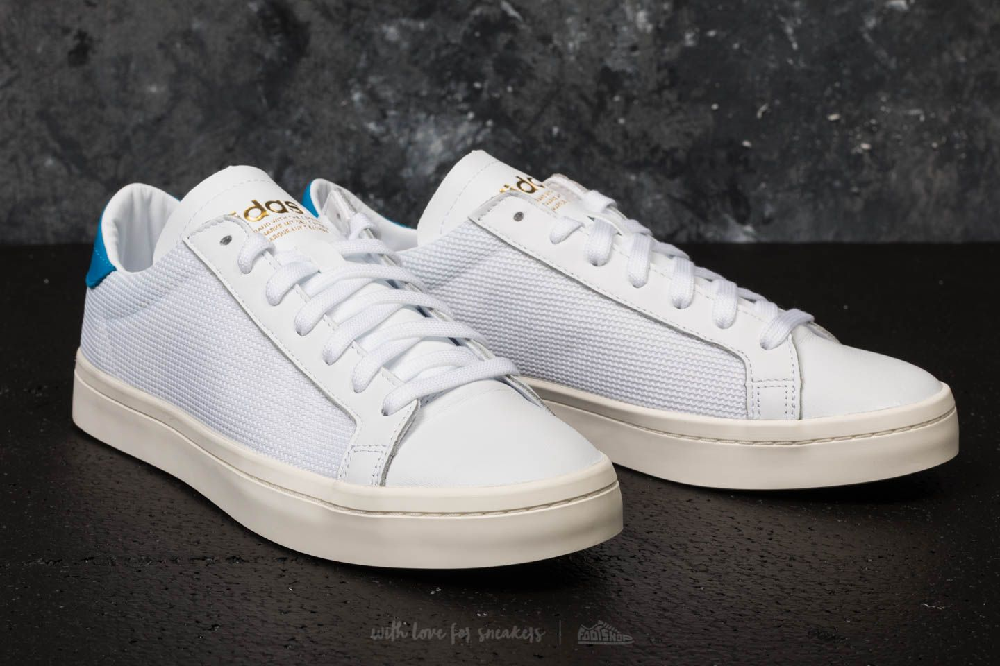 adidas Courtvantage Ftw White  Ftw White  Bright Blue at a great price £45 1f571ef48