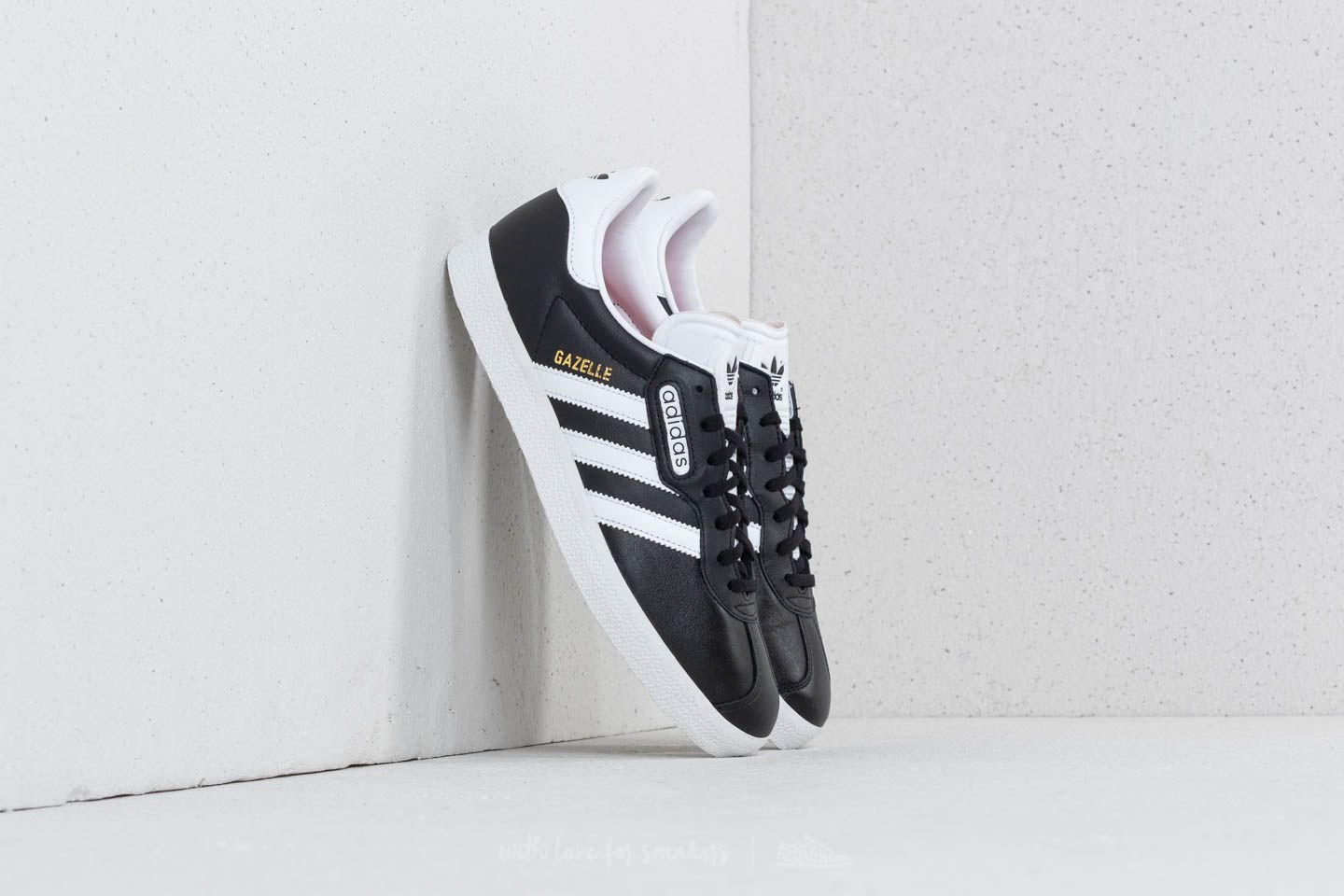 adidas Gazelle Super Essential Core Black/ Ftw White/ Crystal White at a great price 76 € bestell bei Footshop