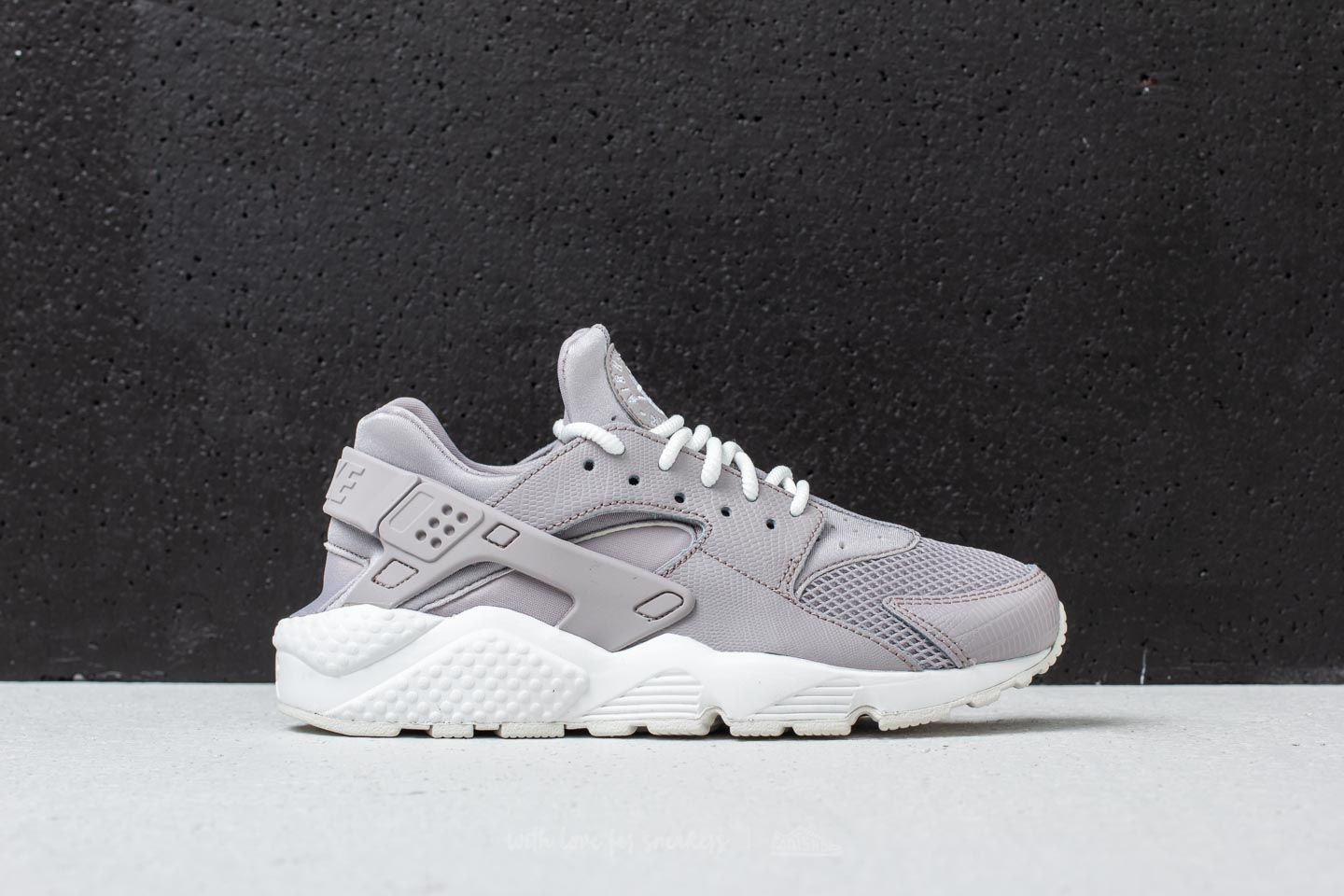 new product 4de82 63feb Nike Air Huarache Run SE W Atmosphere Grey at a great price 125 € buy at
