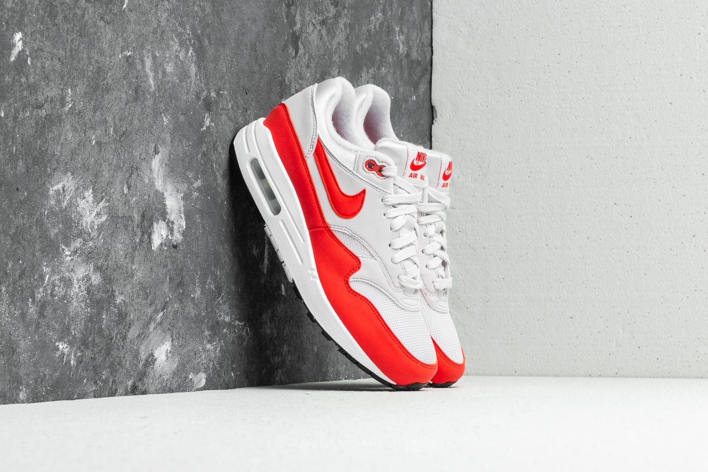 detailed look feb36 bdf34 Nike Air Max 1 WMNS Vast Grey  Habanero Red at a great price 136 €