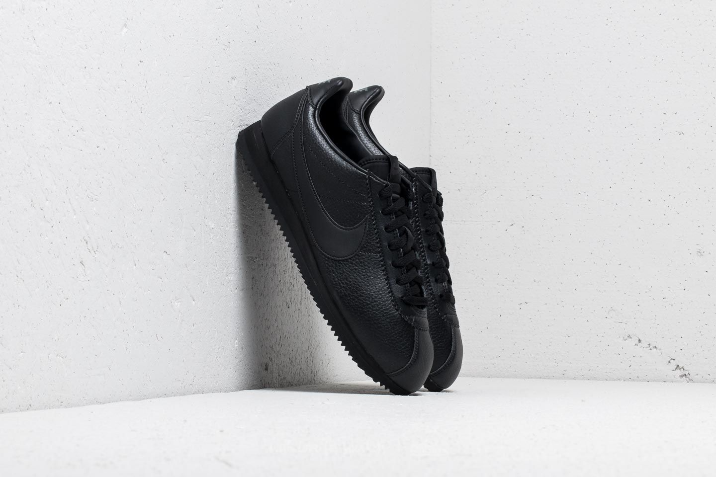 sneakers for cheap eb316 2f2cb Nike Classic Cortez Leather Black  Black-Anthracite at a great price 59 €  buy