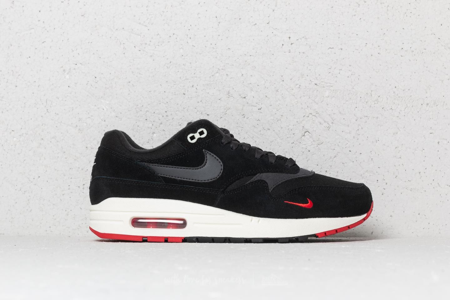 red and black nike air max