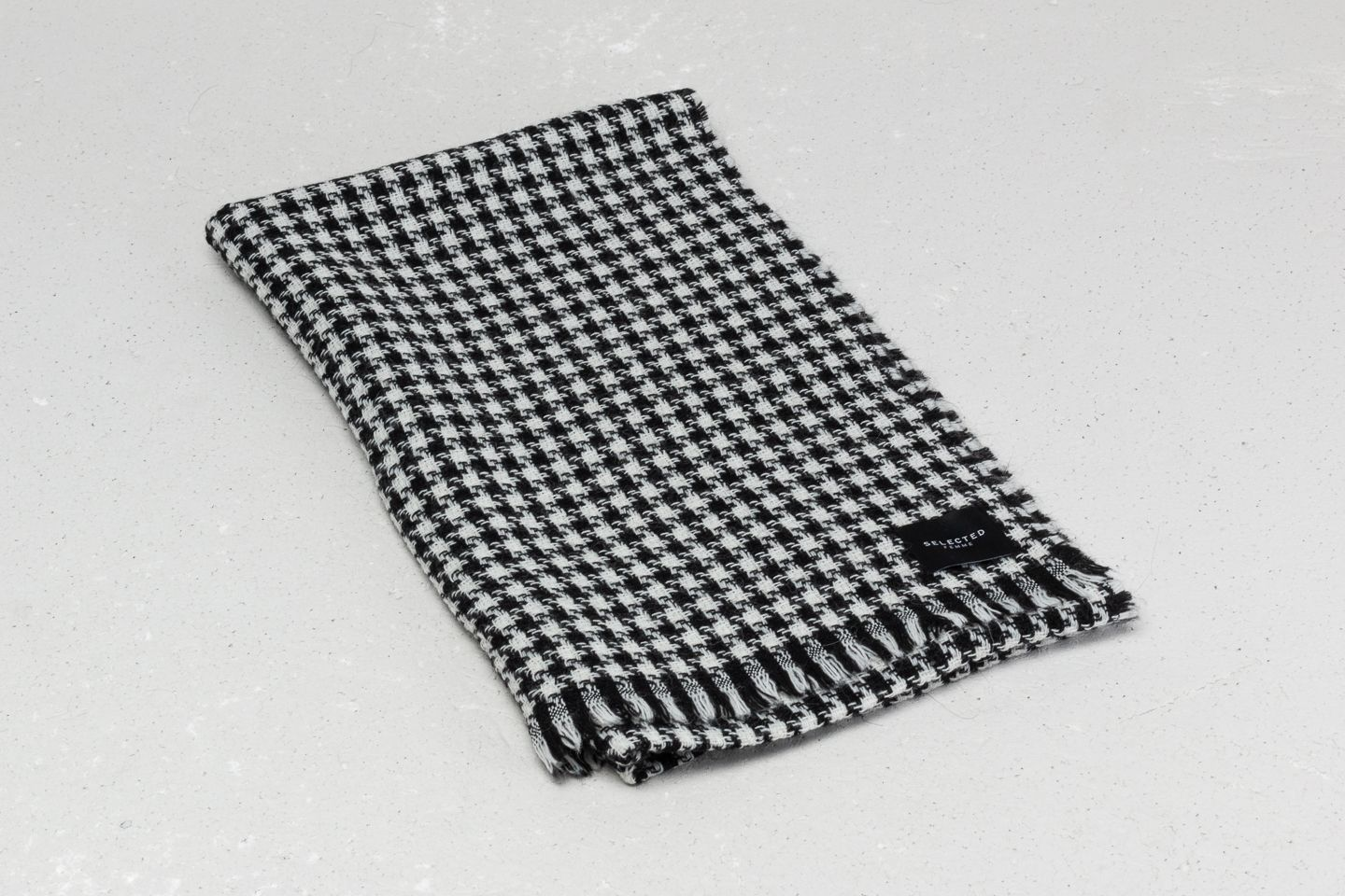 SELECTED Hound Scarf Black/ White at a great price 19 € buy at Footshop