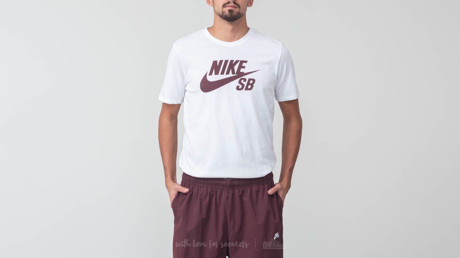 Nike SB Logo Tee White/ Burgundy Crush za skvělou cenu 479 Kč koupíte na Footshop.cz