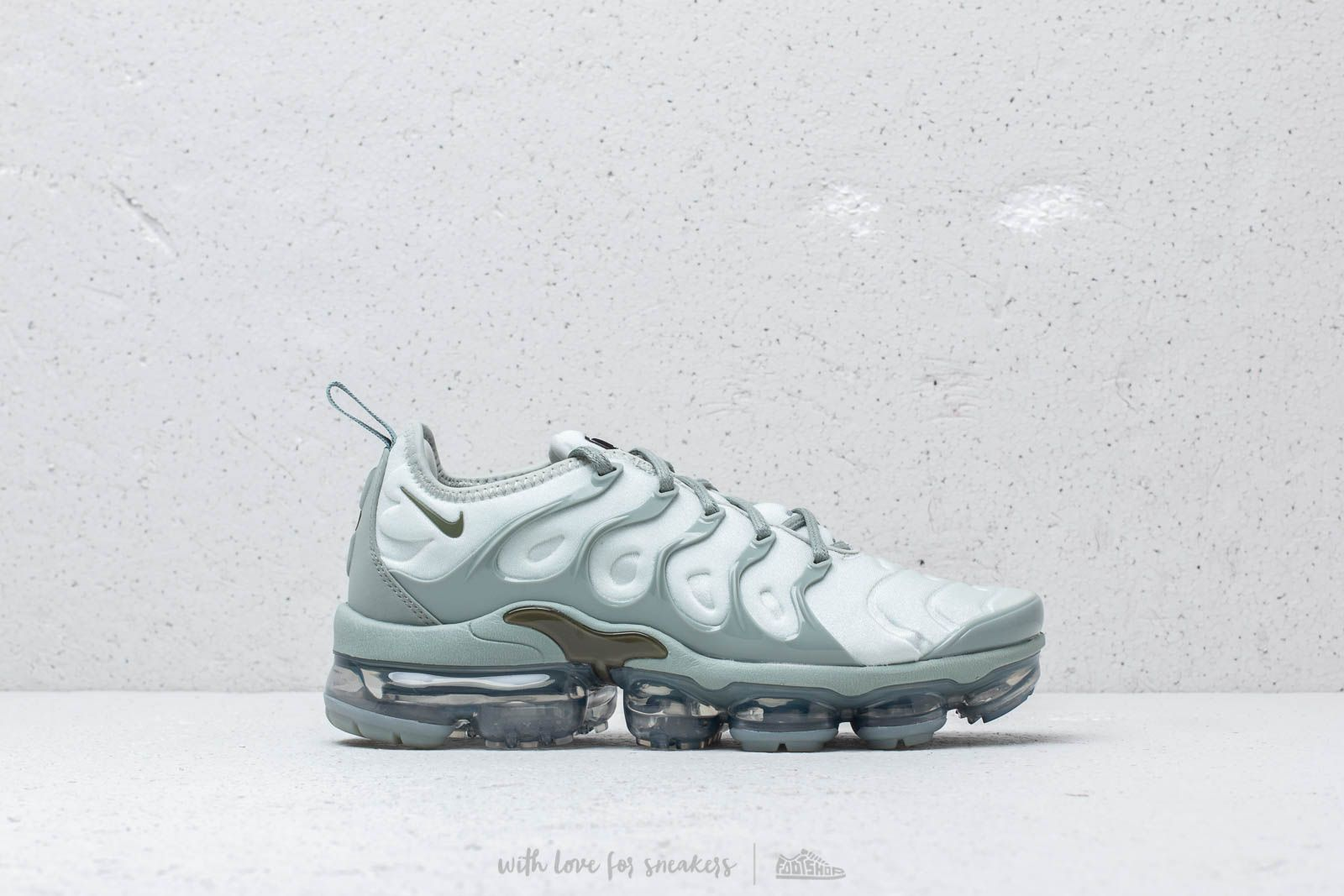 f2856239f27e Nike Air Vapormax Plus Wmns Light Silver  Medium Olive at a great price 209  €