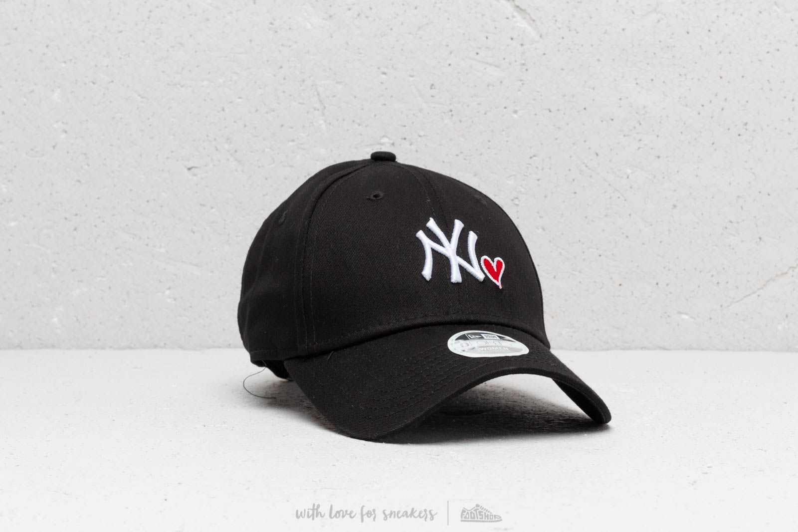 ea1e3ee5e37 New Era 9Forty MLB NY Yankees Heart Strapback Black