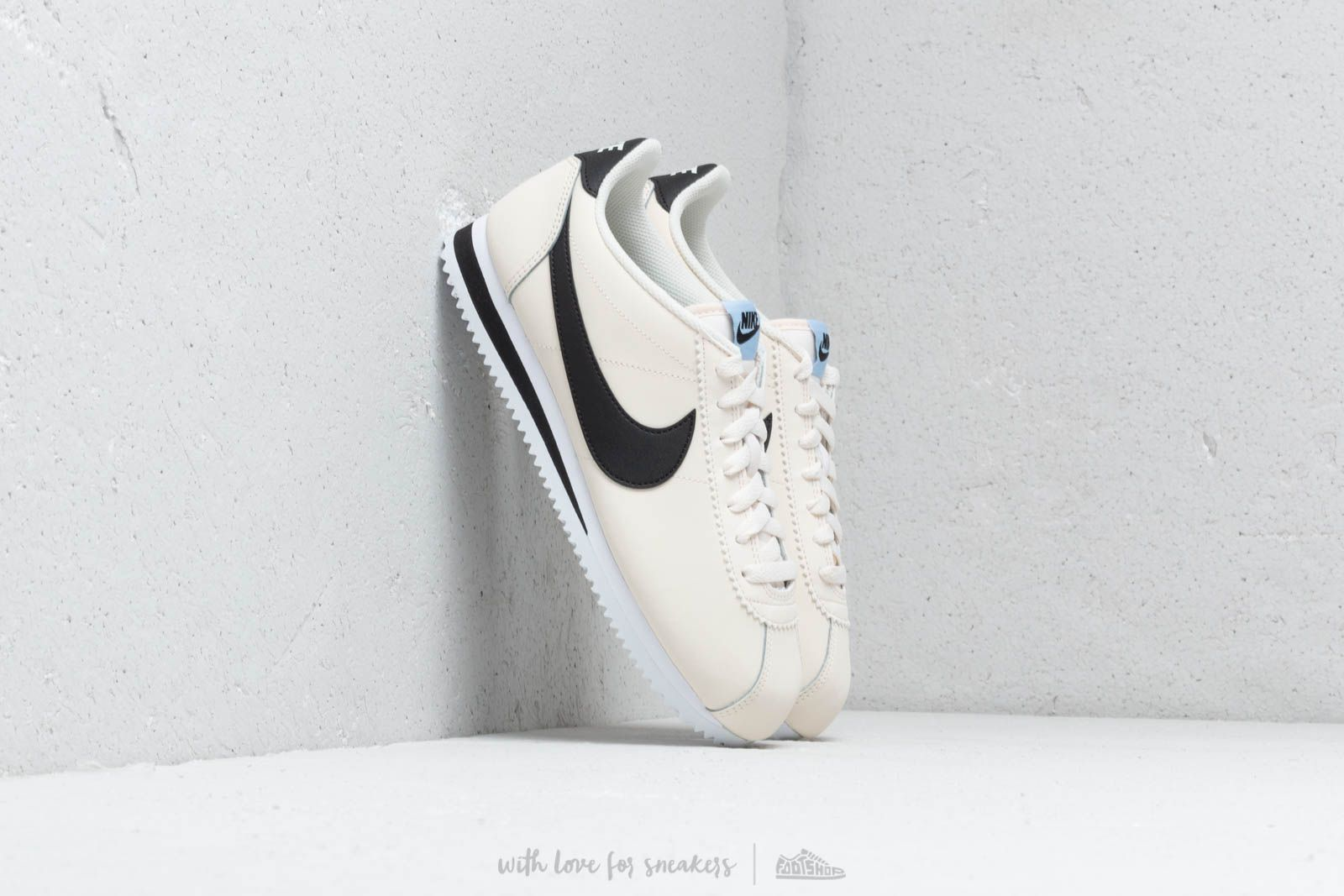 Dámske topánky a tenisky Nike Wmns Classic Cortez Leather Pale Ivory/ Black-Aluminum-White