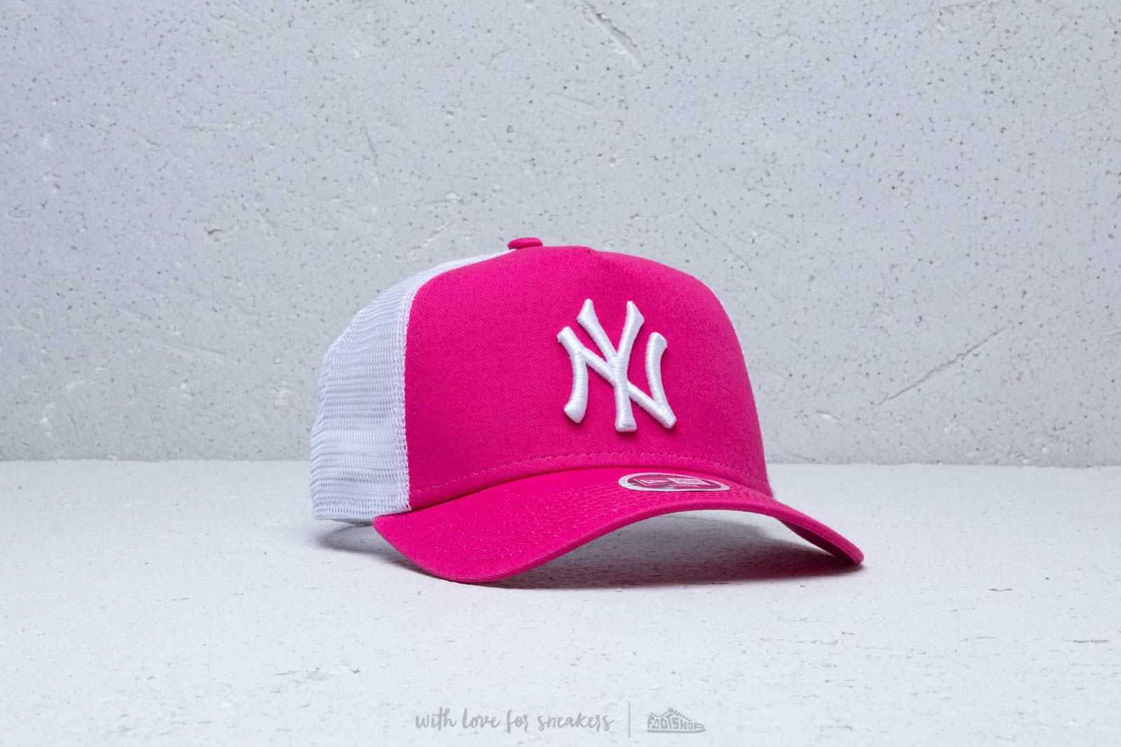 New Era 9Forty Women Trucker New York Yankees Cap Pink  White at a great  price 6a05892e1b3