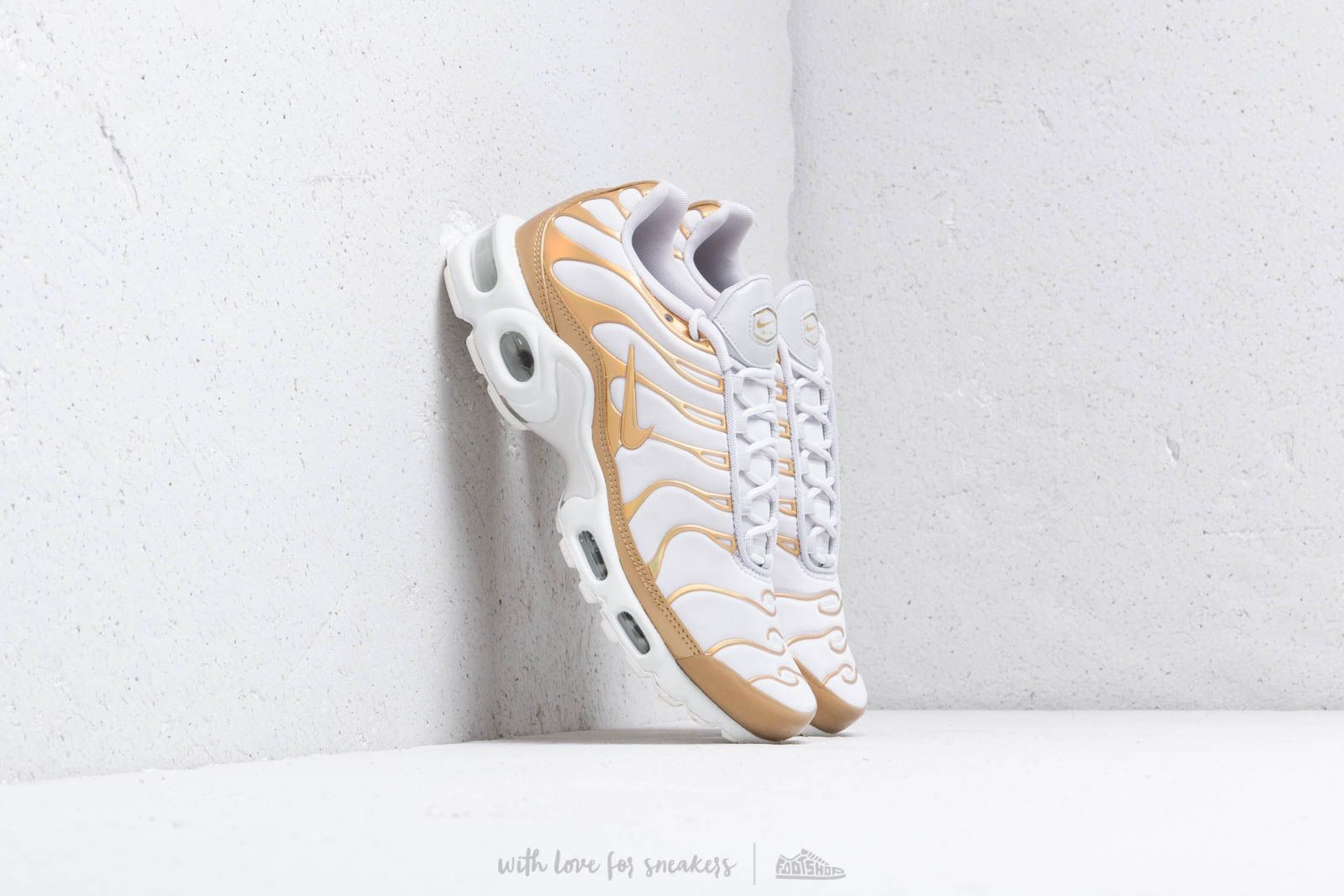 Nike Wmn's Air Max Plus Vast Grey/ Metallic Gold at a great price 180 € buy at Footshop