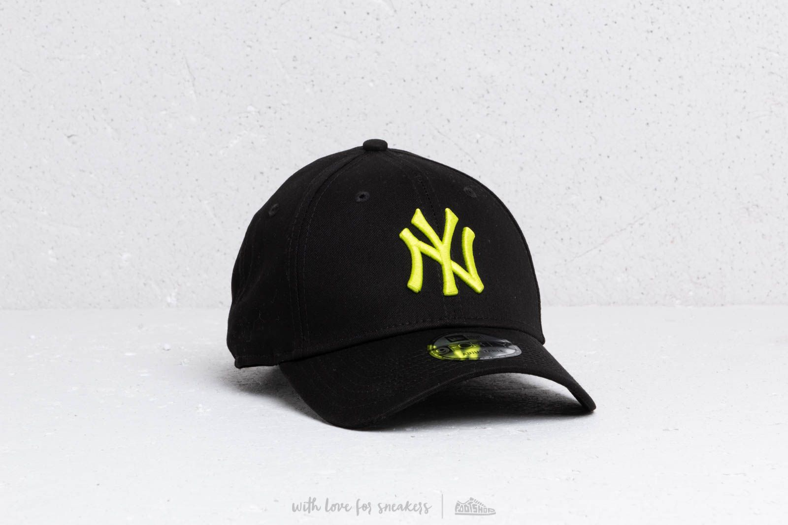 New Era 9Forty MLB League Essential New York Yankees Cap Black  Cyber Green  at a 1a321e18dba4