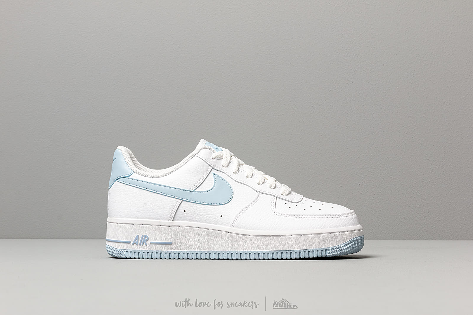 new product 8e368 d8d4b Nike Wmns Air Force 1  07 White  Lt Armory Blue au meilleur prix 95