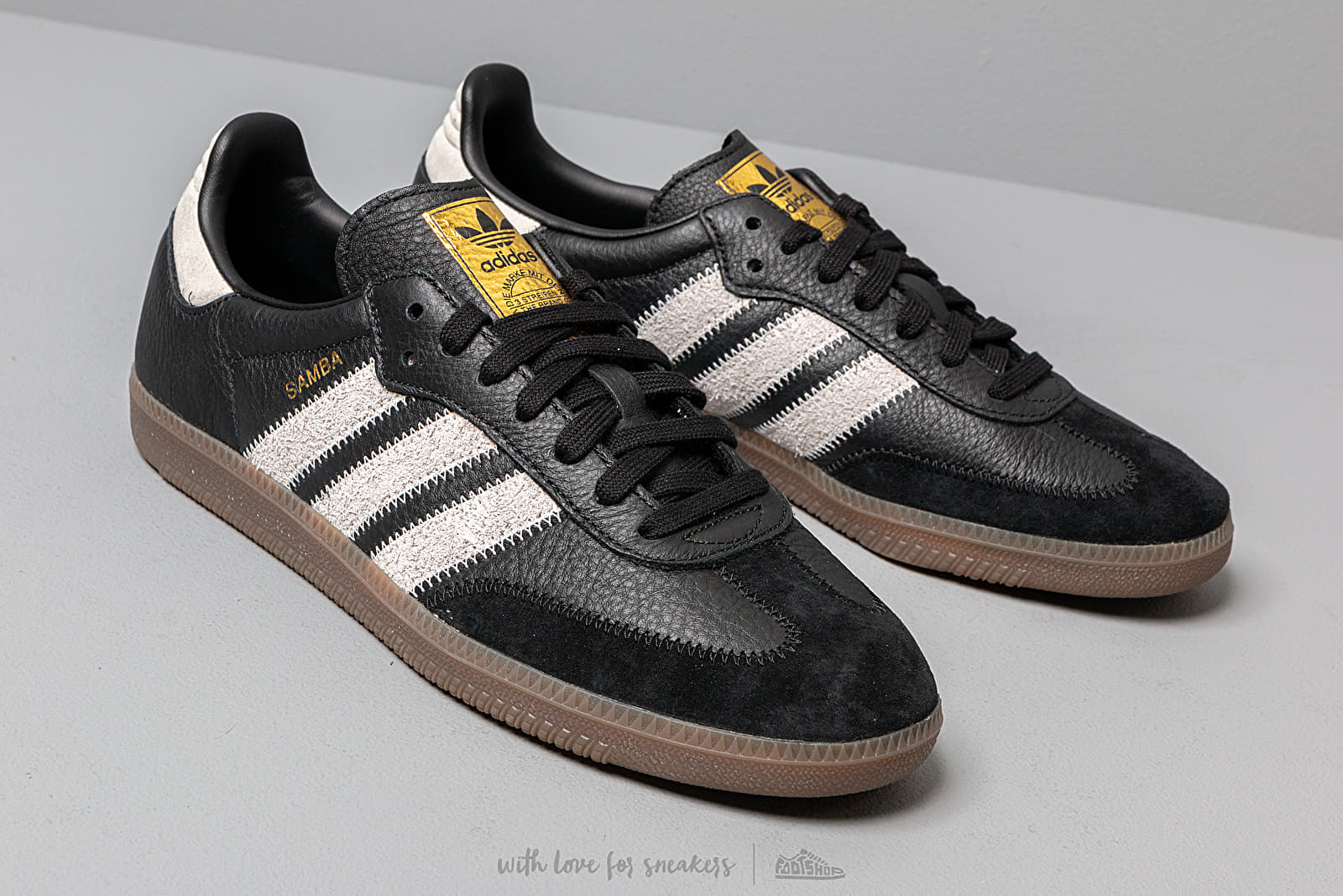 Tengo una clase de ingles prisa Luminancia  Men's shoes adidas Samba OG Ft Core Black/ Raw White/ Gold Metalic