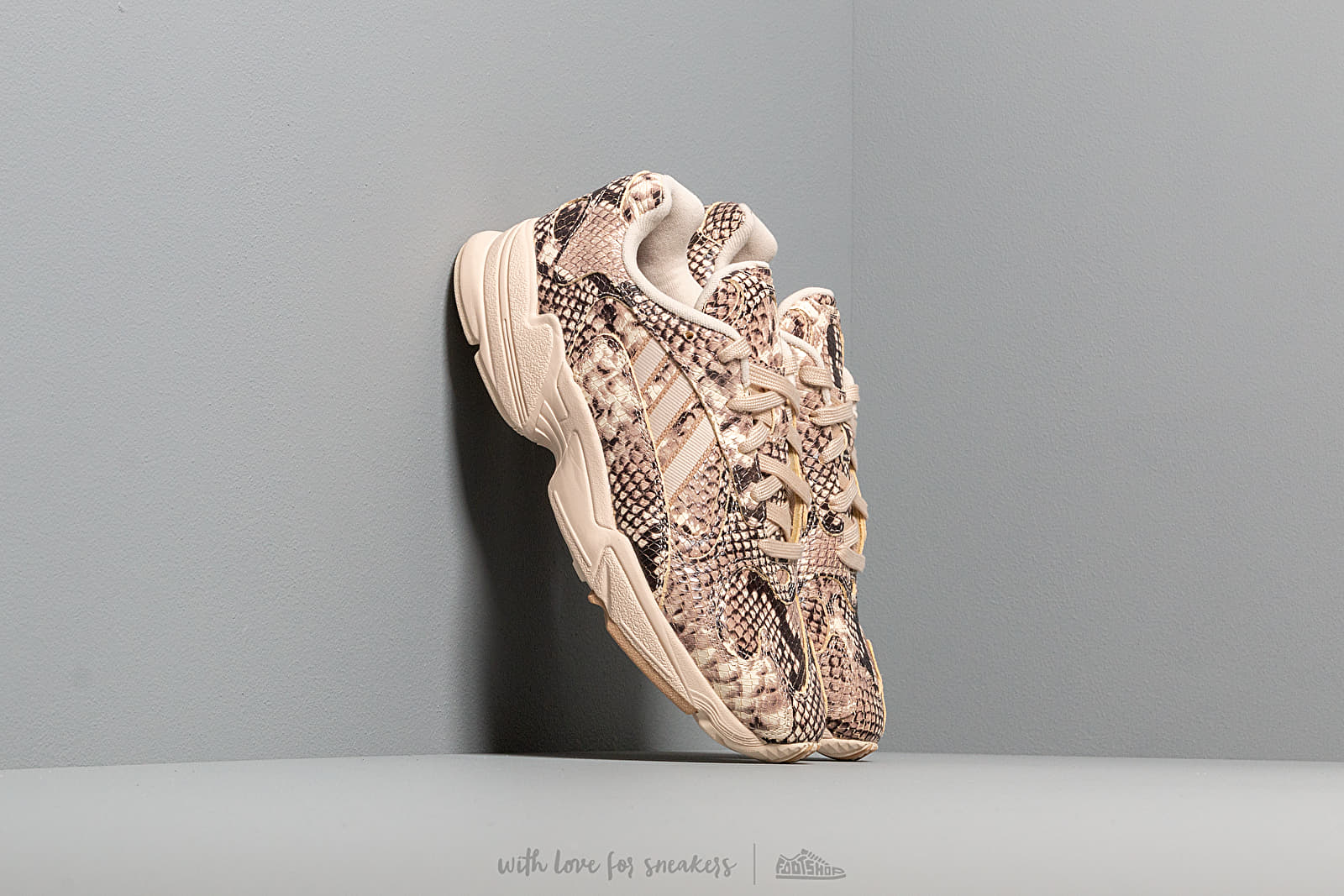 Chaussures et baskets homme adidas YUNG-1 Ftwr White/ Linen/ St Pale Nude