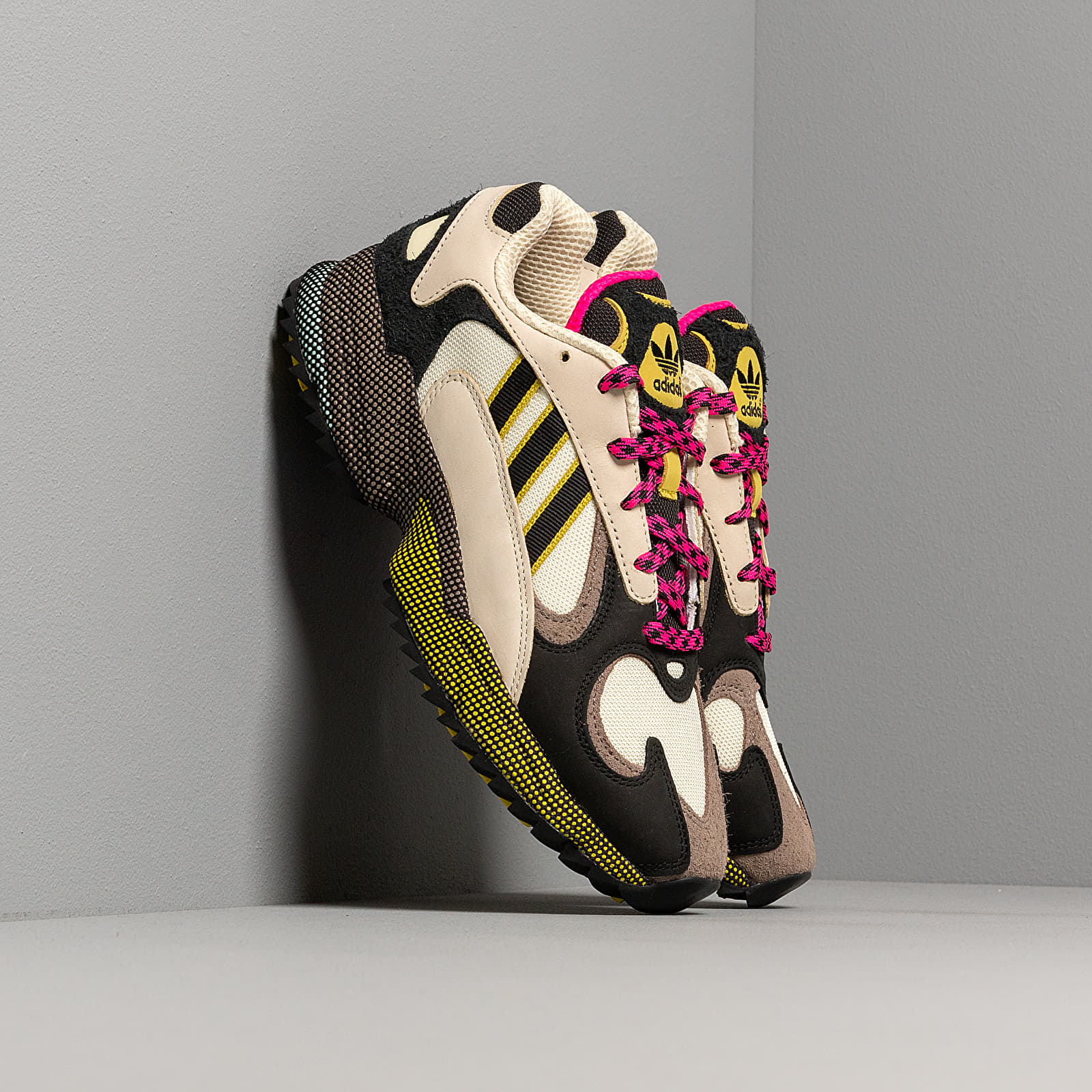 Chaussures et baskets homme adidas Yung-1 Sand/ Core Black/ Shock Pink