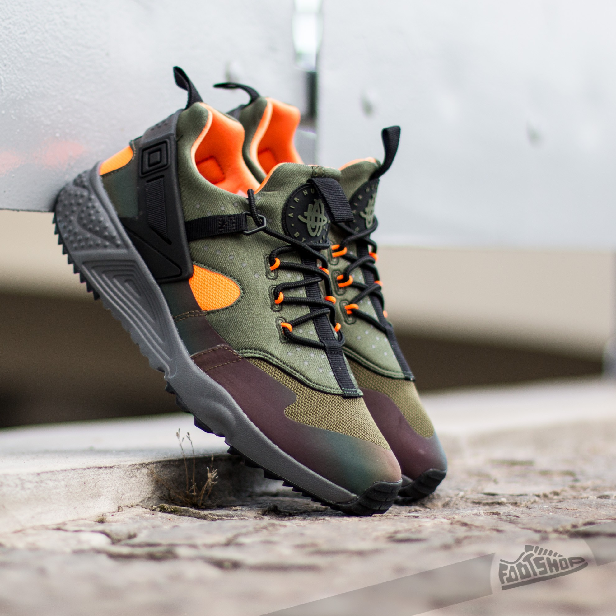 Nike Huarache Utility Premium. Carbon Green  Black-Total Orange-Anthracite fbb40a76e