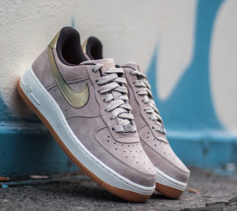 finest selection 87e9f ca46d Nike W Air Force 1 ´07 Premium Suede String  Metallic Gold Grain