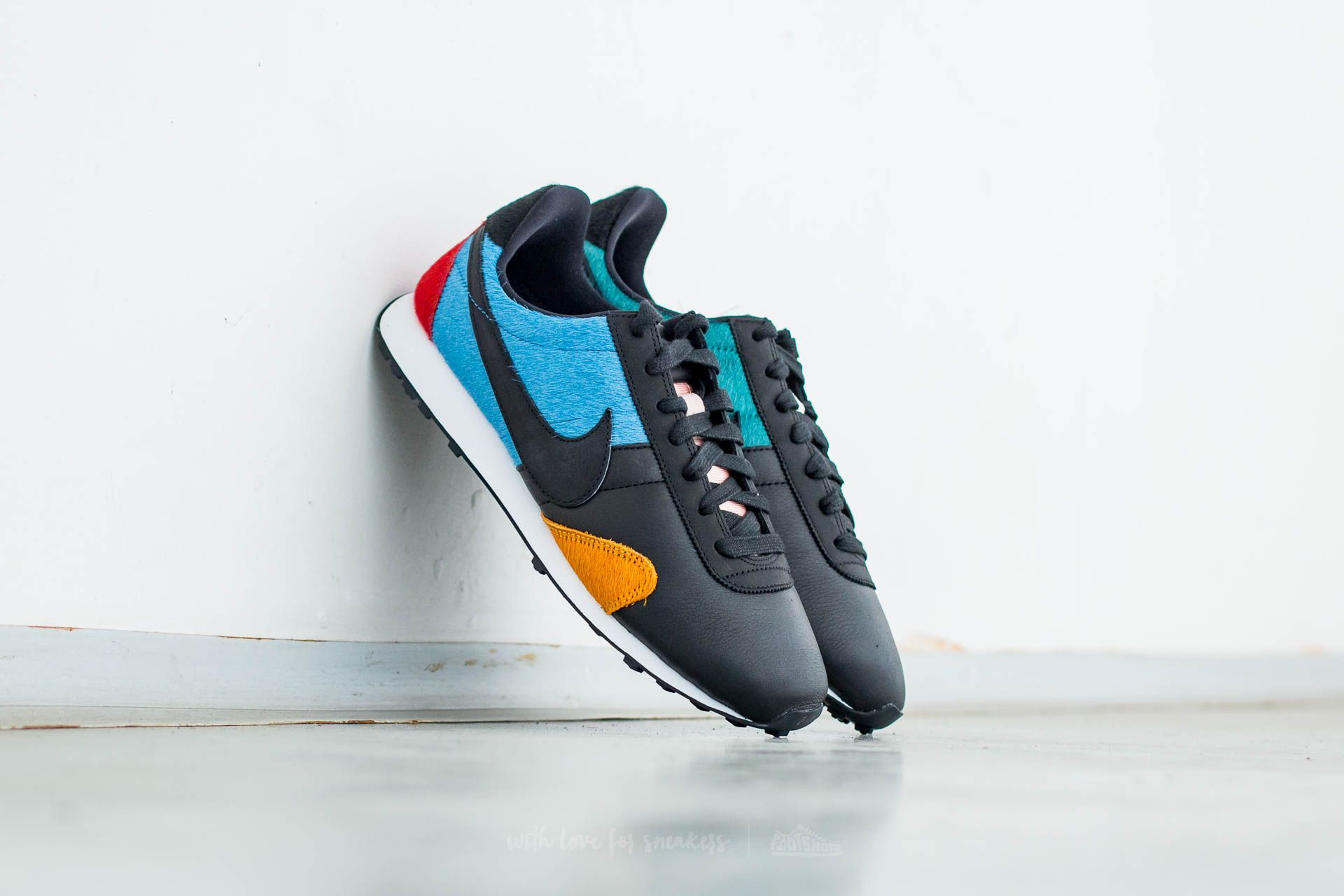 info for 5da36 39a3d Nike W Pre Montreal Racer Premium. Vintage Black  ...