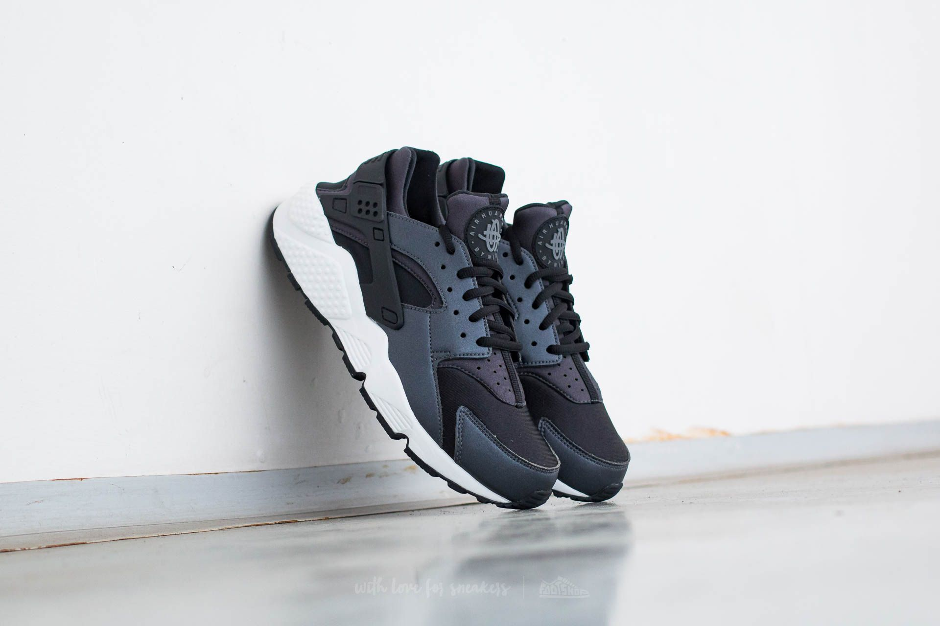 official photos ef90f e5777 Nike Wmns Air Huarache Run SE. Metallic Hematite  Black-Dark Grey