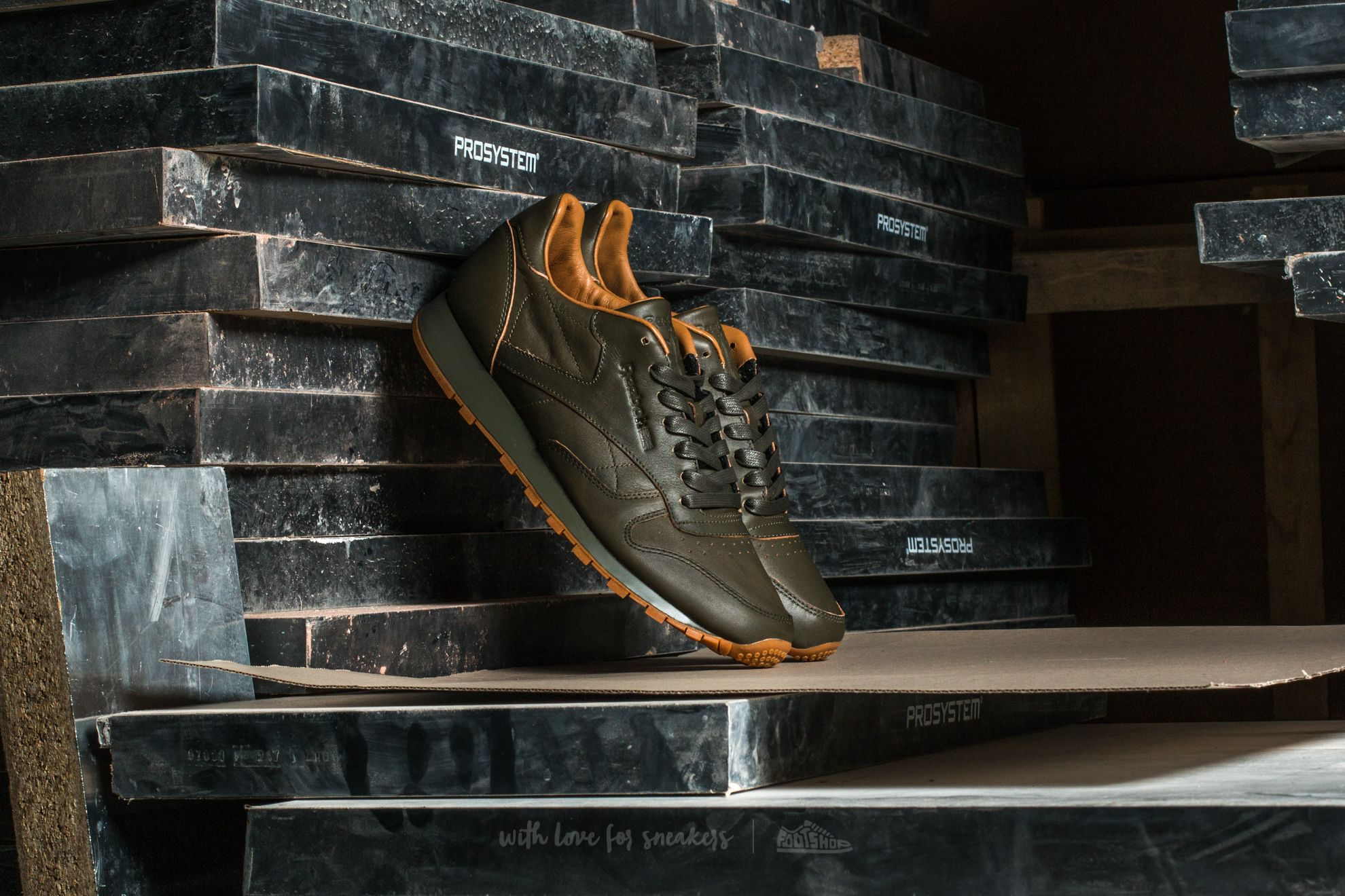 e42a02ee421 Reebok Classic Leather Lux Kendrick Olive Night-Gum
