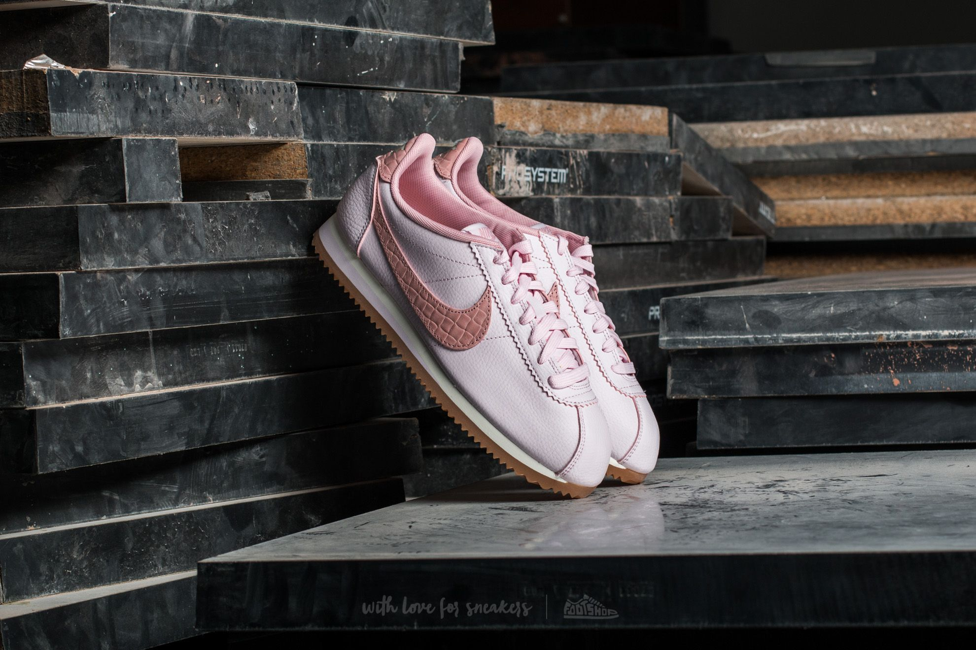 Nike W Classic Cortez Leather Lux Pearl Pink  Pearl Pink-Sail  f0fcebc7af