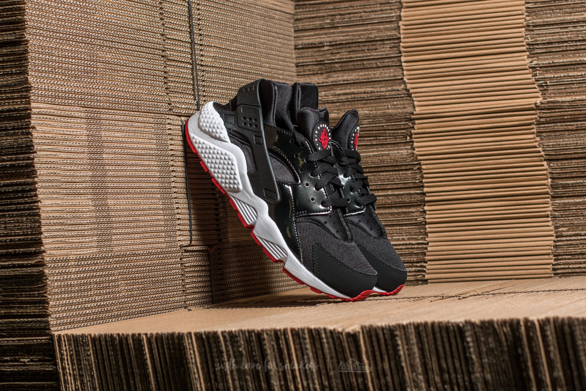 a4985703c10c Nike Air Huarache Black  Gym Red-White
