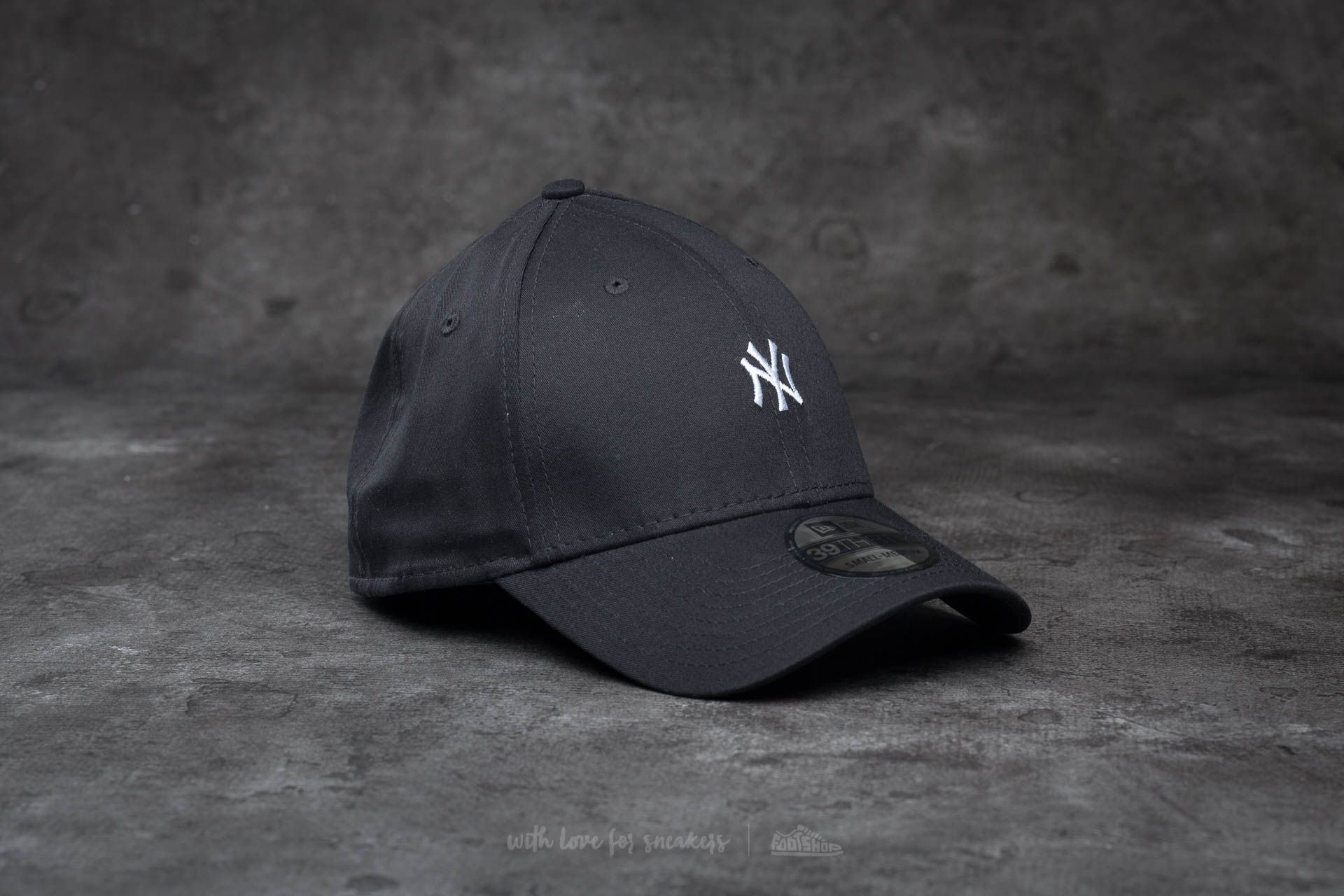 f5b10cedf01 New Era 39Thirty Mini Logo Essential New York Yankees Cap Black  White