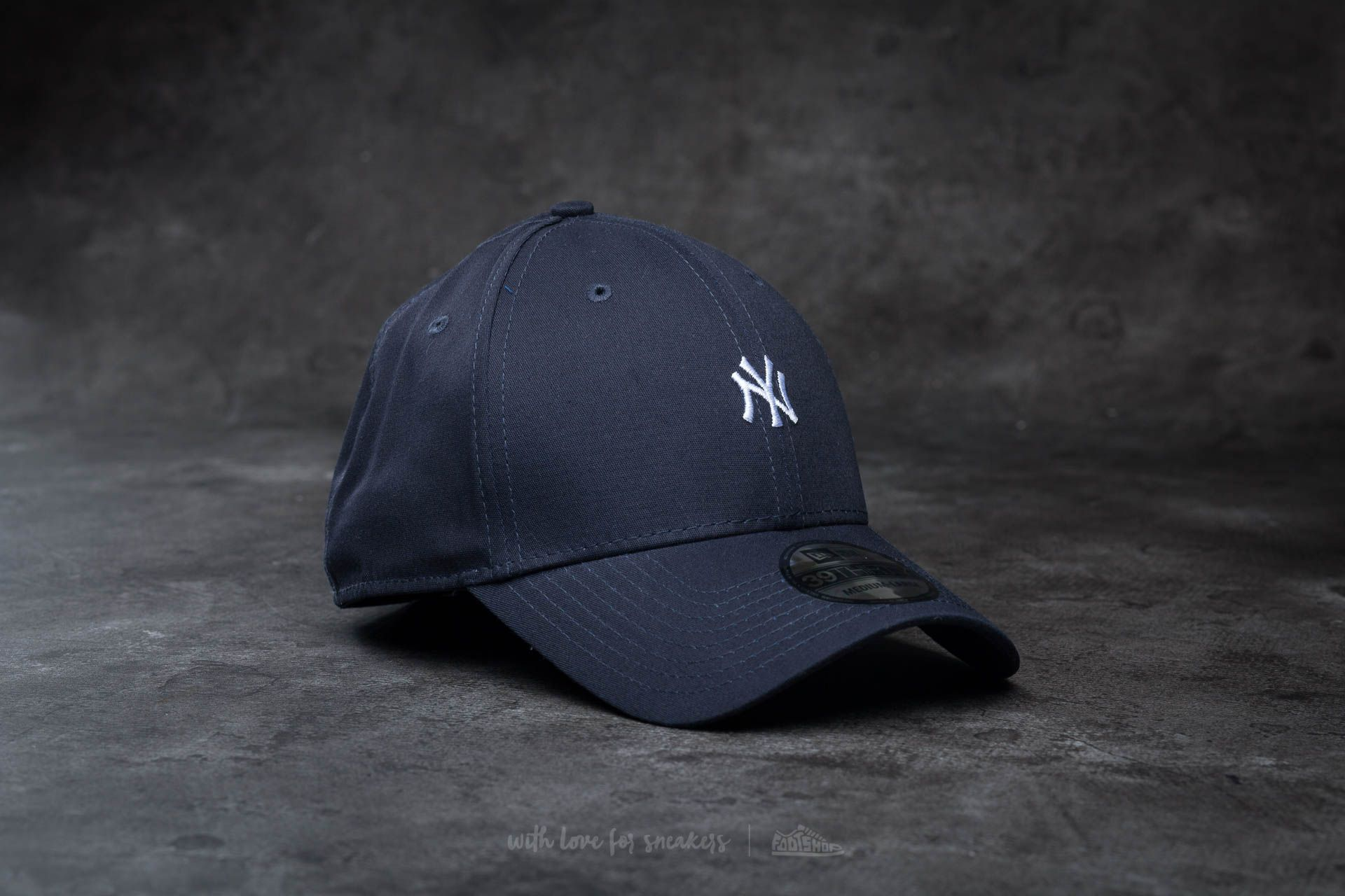 e8a9af9aae8 New Era 39Thirty Mini Logo Essential New York Yankees Cap Navy  White