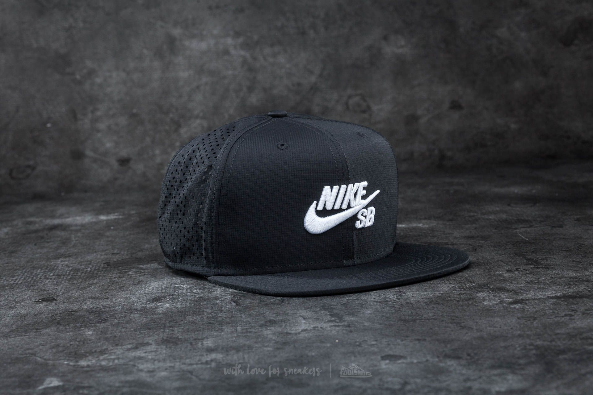 new product 6d889 52cfe ... switzerland nike sb performance trucker hat black white 1c96d 228f7 ...