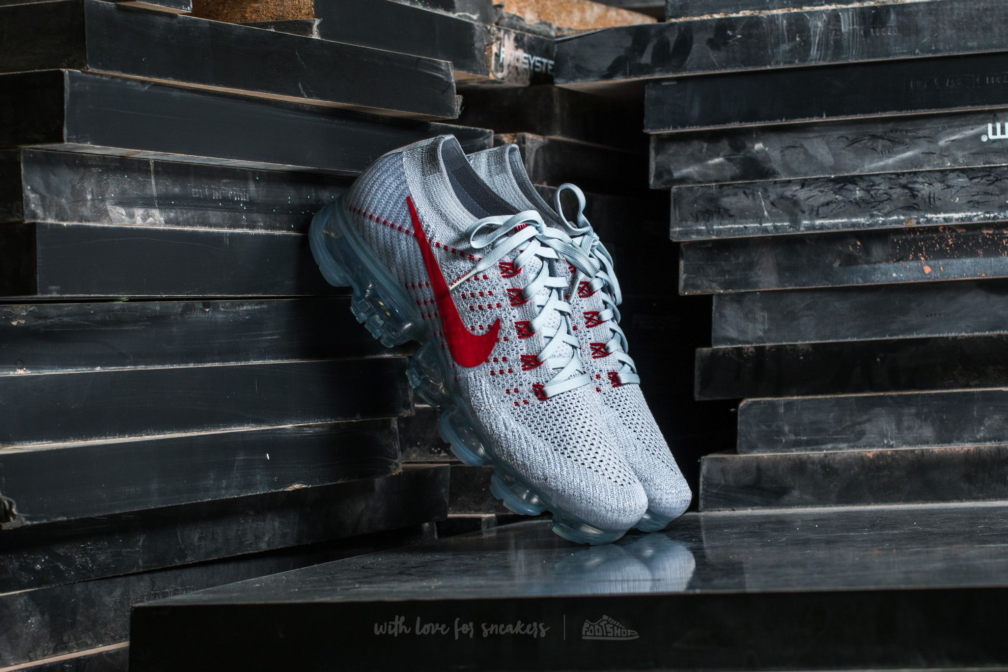 buy online afb16 13fcc Nike WMNS Air Vapormax Flyknit. Pure Platinum  University Red
