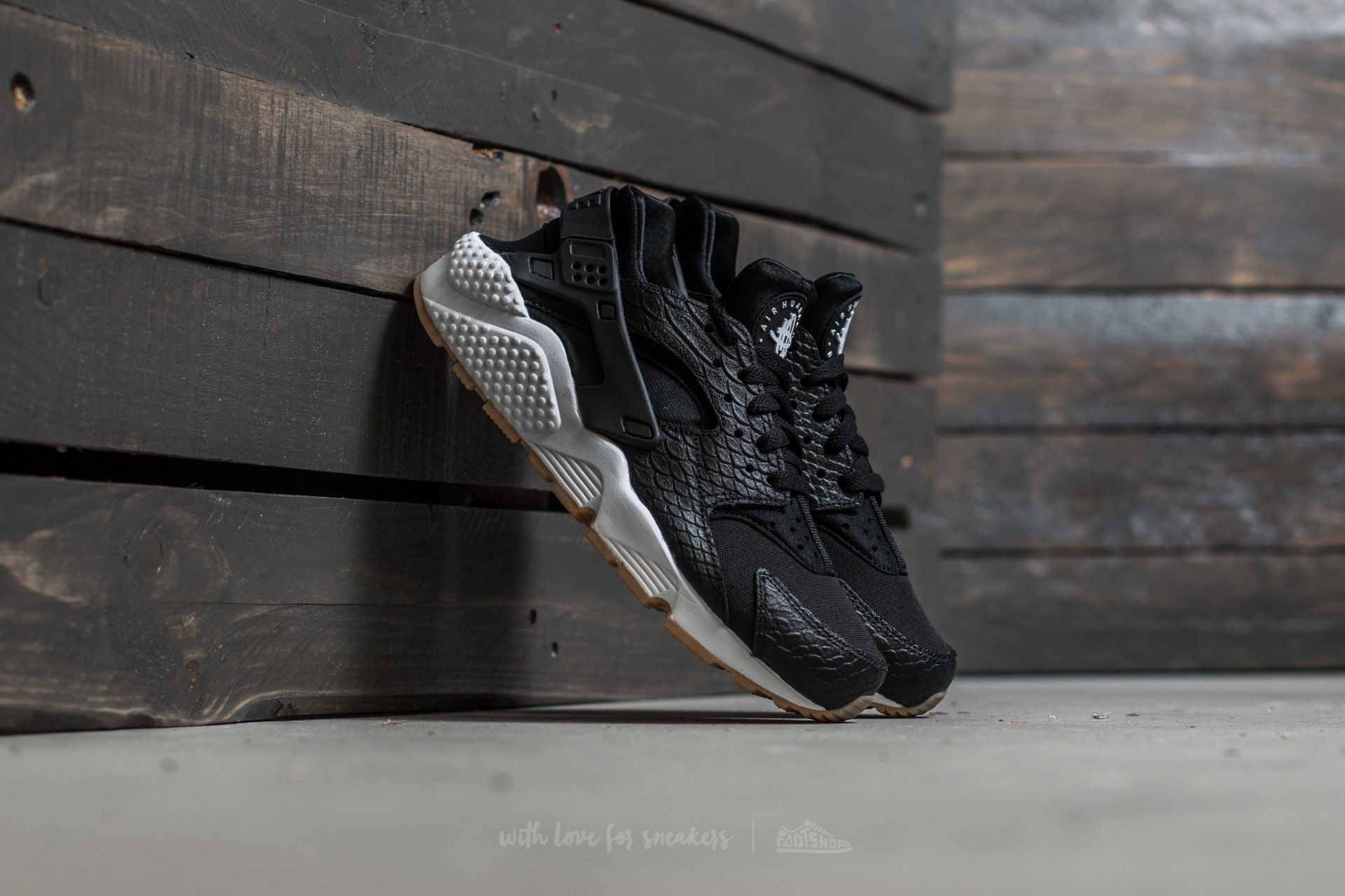 Nike W Air Huarache Run SE Black  Black-Gum Yellow-White  f62963a39