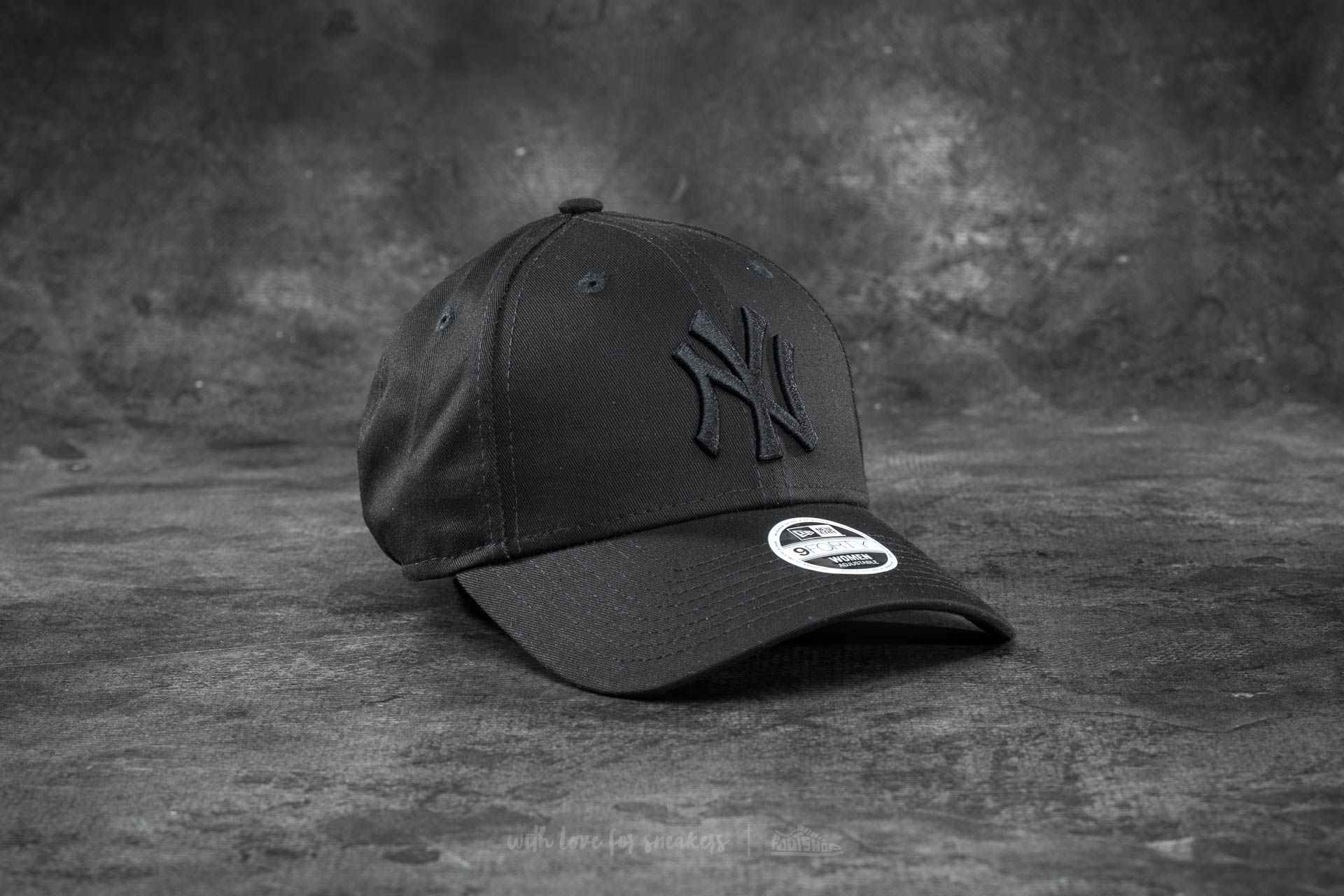 747fc2e68e389 New Era 9Forty Women Adjustable Essential New York Yankees Cap Black