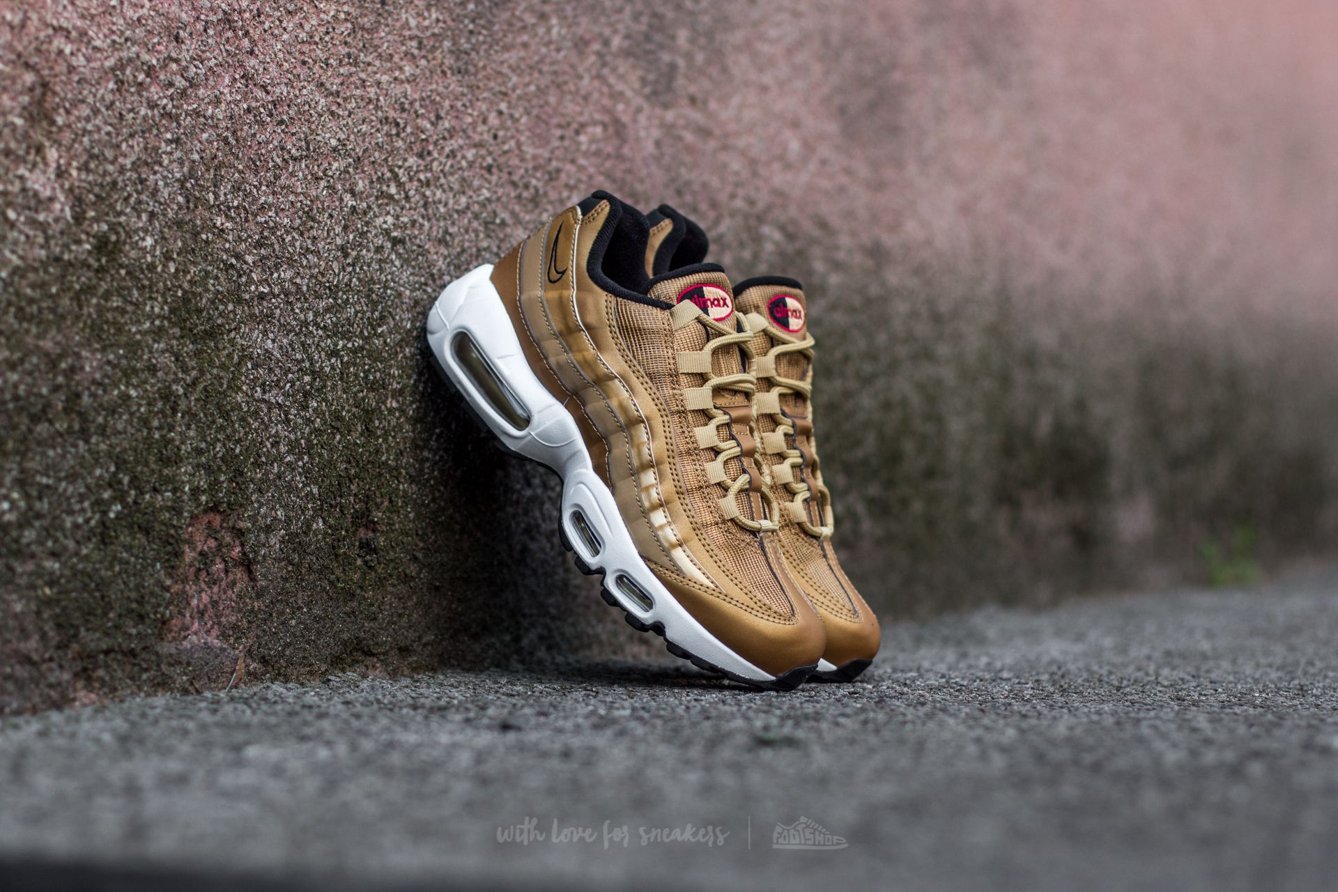detailed look 7b094 5e61e Nike Wmns Air Max 95 QS Metallic Gold Varsity Red